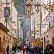 Die schmucke Getreidegasse in der Salzburger Innenstadt war bereits zur Römerzeit ein Hauptverkehrsweg, Österreich
